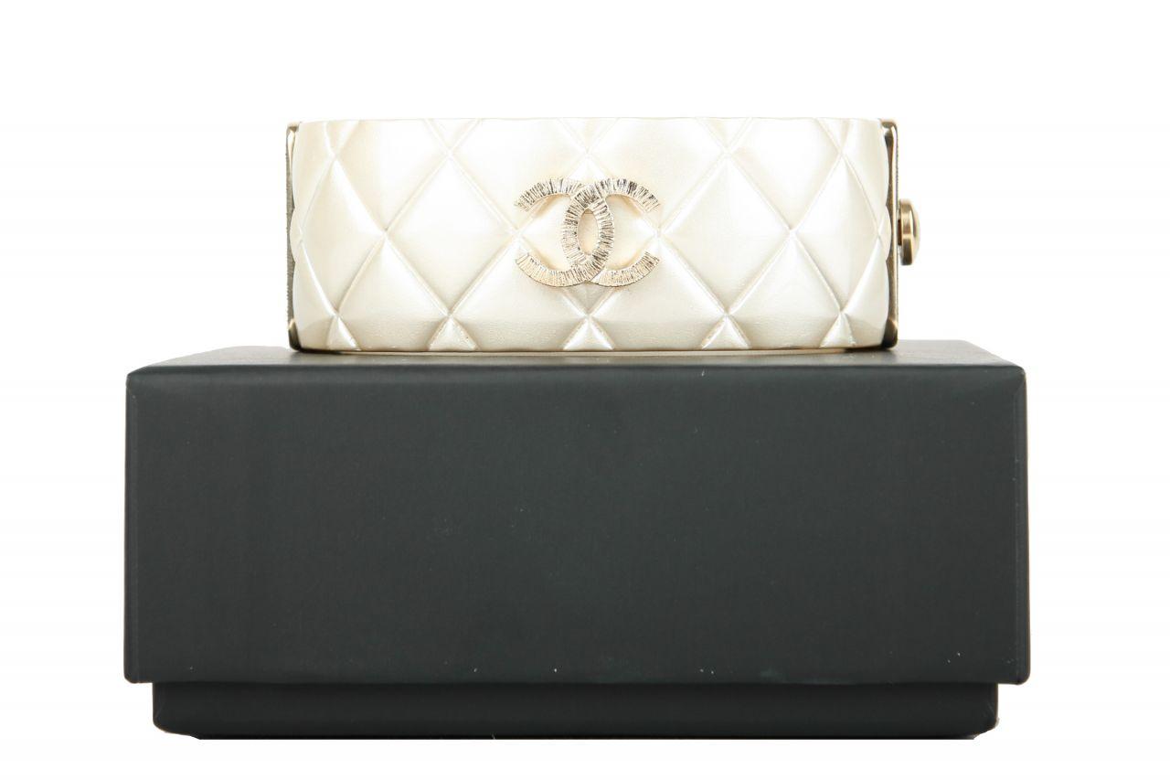 Chanel Armband mit Steppung / CC-Logo Perlmutt