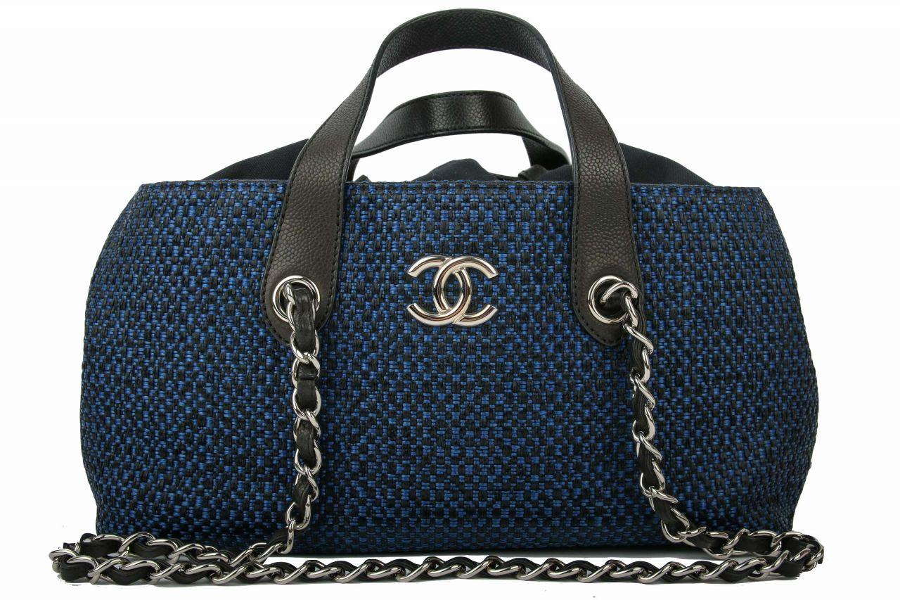 Chanel Tasche aus geflochtenem Bast in blau und schwarz mit Ledergriffen